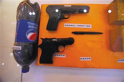 红其拉甫边检站的展览馆里,展示着藏毒的可乐瓶和多种型号的枪支。
