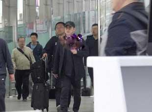 李连杰机场一身黑现身