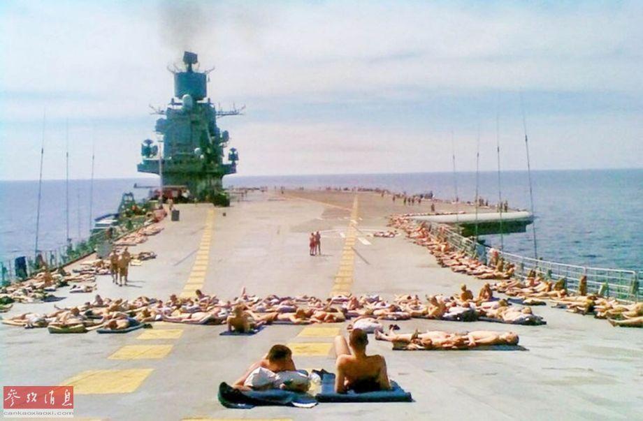 苏联红海军幸福生活:航母甲板日光浴