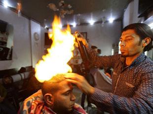 巴勒斯坦理发师身怀绝技 用火做造型
