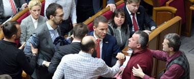 """乌克兰议会上演""""全武行"""" 议员西装被撕烂"""