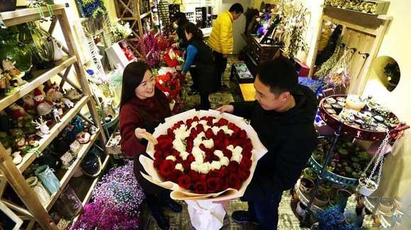 西方情人节将至 花店提前备货'迎战'