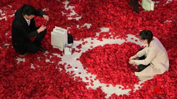 """情人节杭州一商场铺240万片""""玫瑰花瓣""""迎客"""