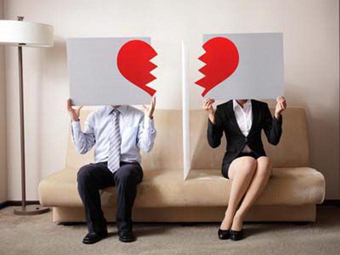 丈夫出轨小三买房 妻子怒不可遏用榔头连砸丈夫头部