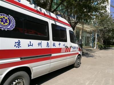 昨日,停在凉山州紧急救援中心的救护车。