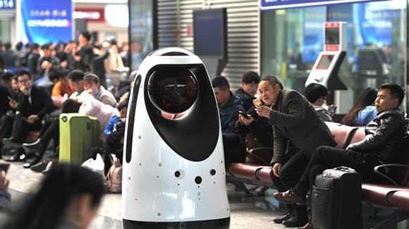 全国首款警察机器人现身郑州东高铁站