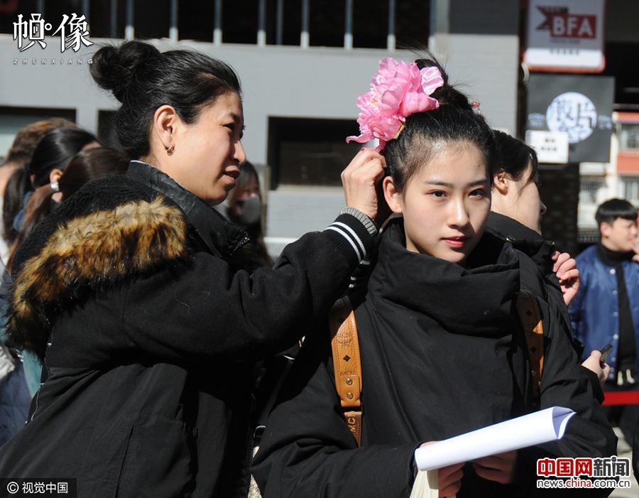2017年02月17日,北京电影学院艺考复试拉开帷幕,俊男,靓女考生在排队图片