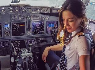 土耳其美女飞行员晒工作旅游照