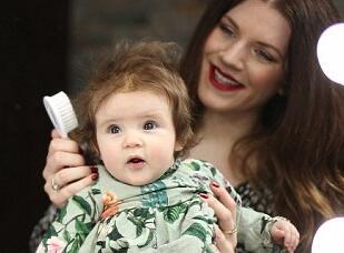 神奇!英新生儿天生拥有浓密秀发被误以为假发