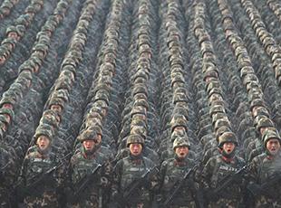 新疆维吾尔自治区举行反恐维稳誓师大会