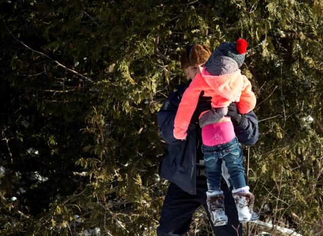 难民儿童被加拿大骑警抱过边境 美国警察在咆哮