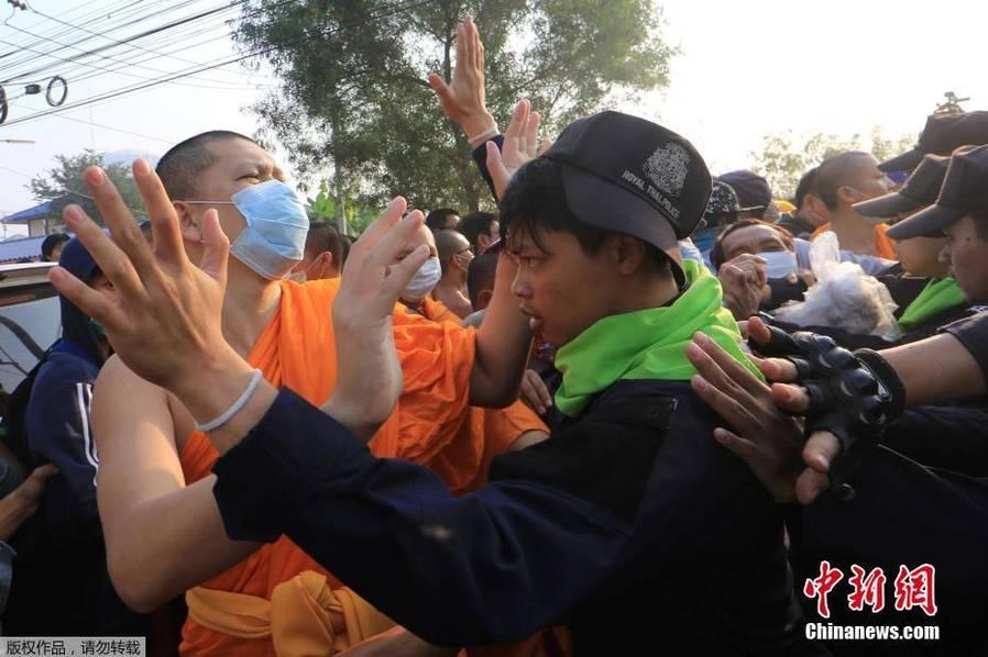 泰国警察与和尚发生冲突