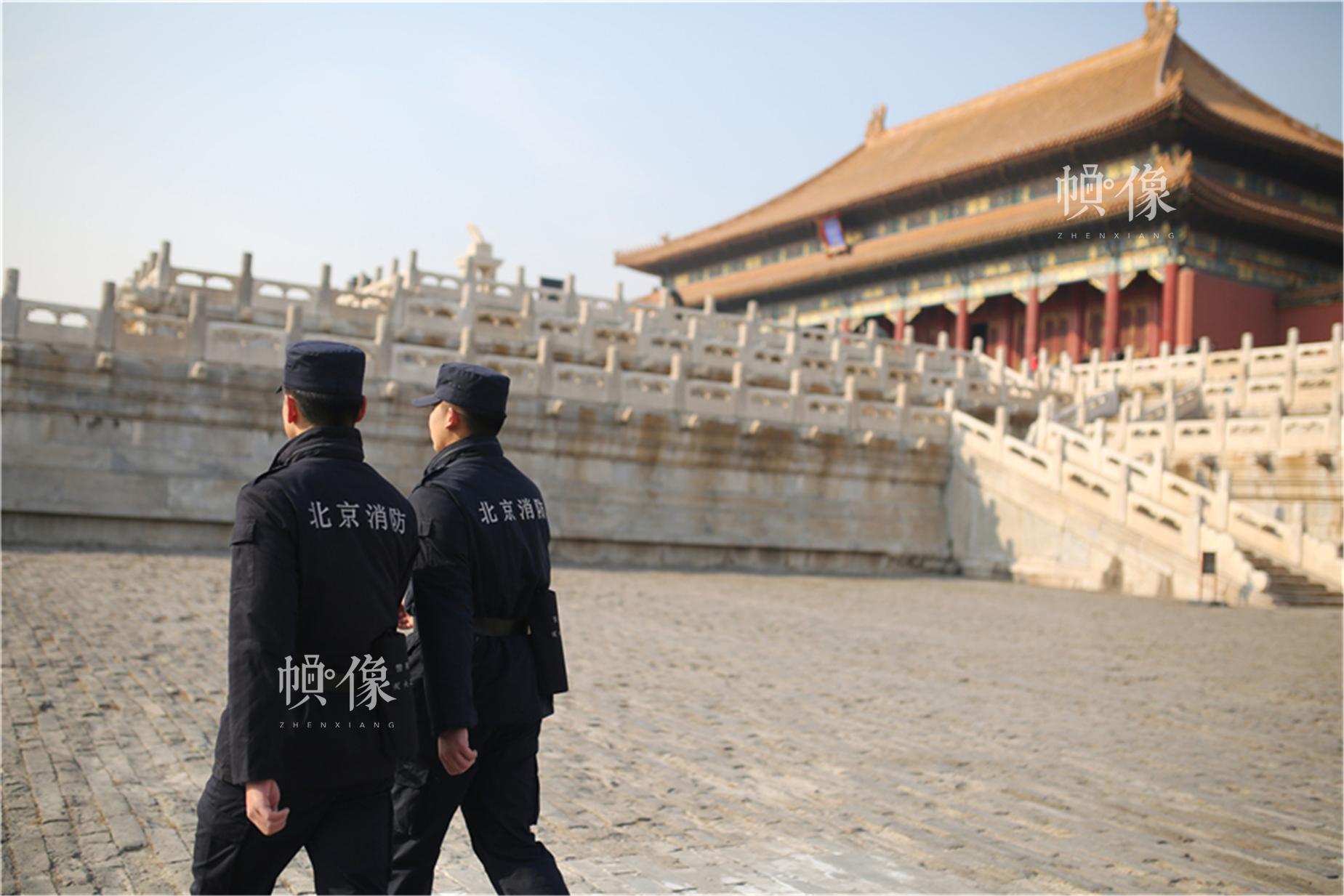 故宫消防中队巡查员在太和殿前巡逻。