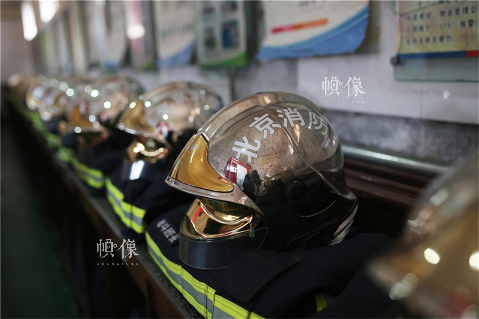 消防头盔,具有防撞击、抗高温性能优良、防护全面、内外多级调节、佩戴舒适等特点。