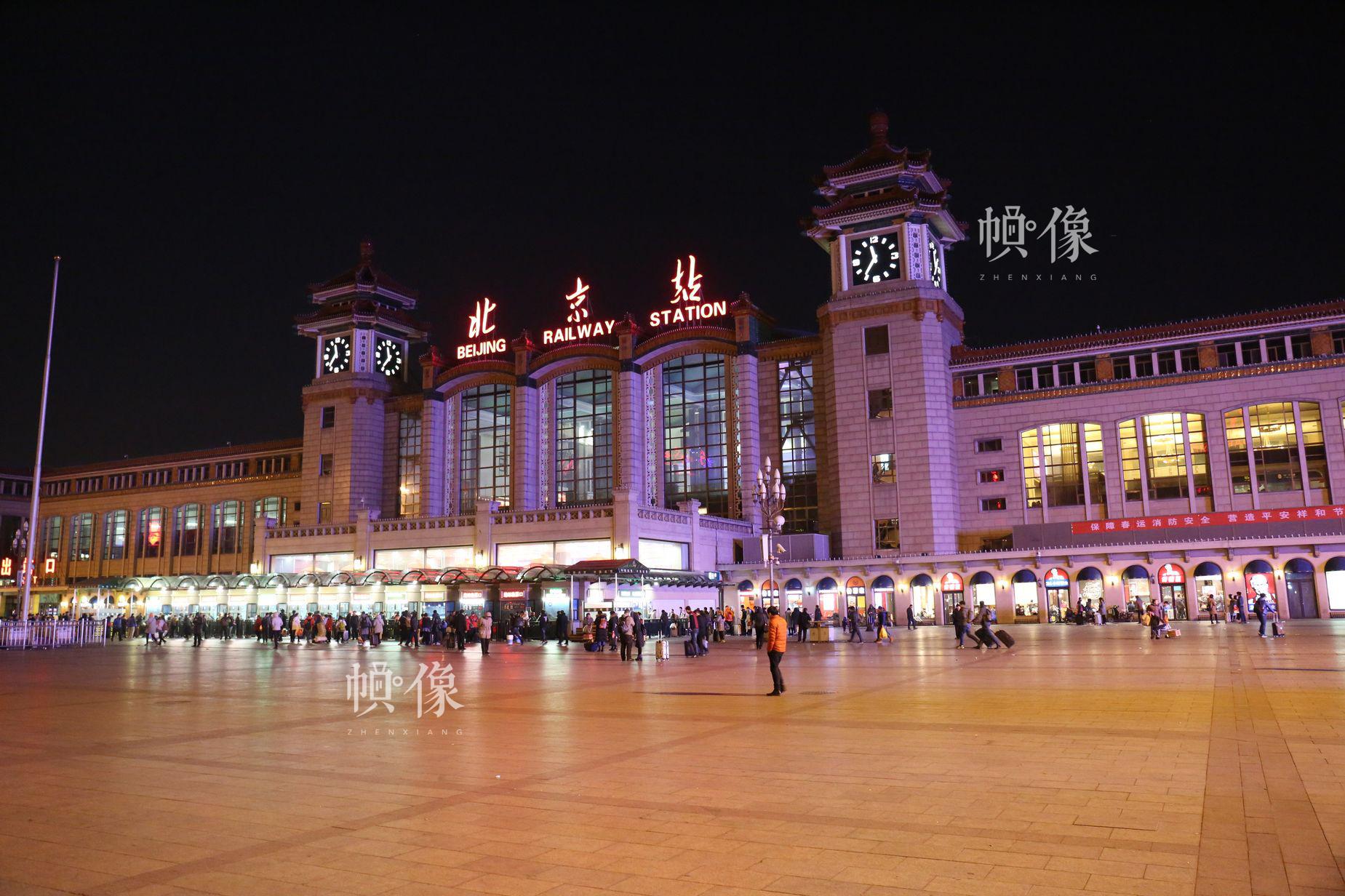 2017年春运拉开帷幕,北京火车站夜晚灯火通明。中国网 王梦泽 摄