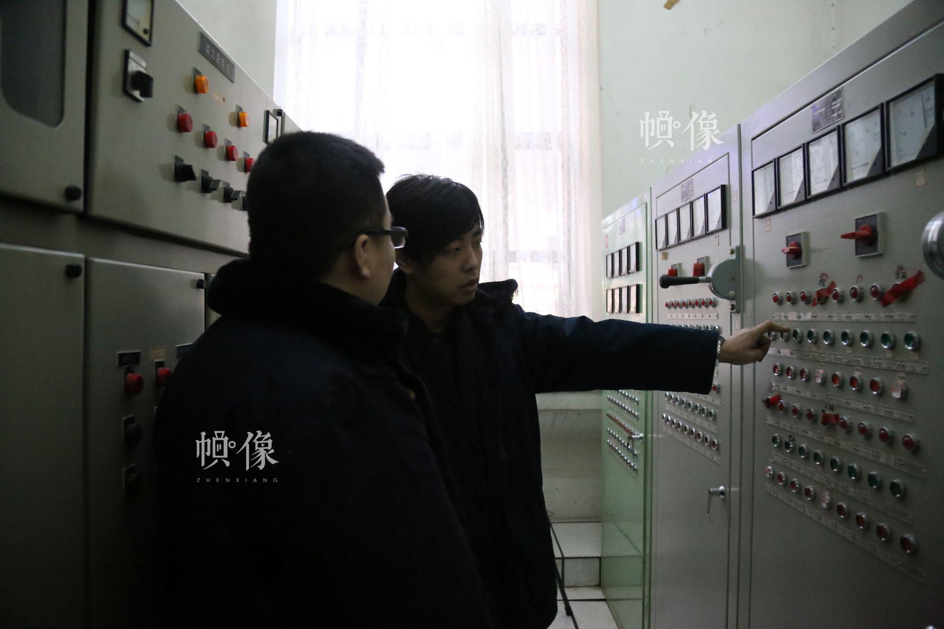 工长马鑫(右)与部门同事沟通交流近期工作情况。中国网 黄富友/摄