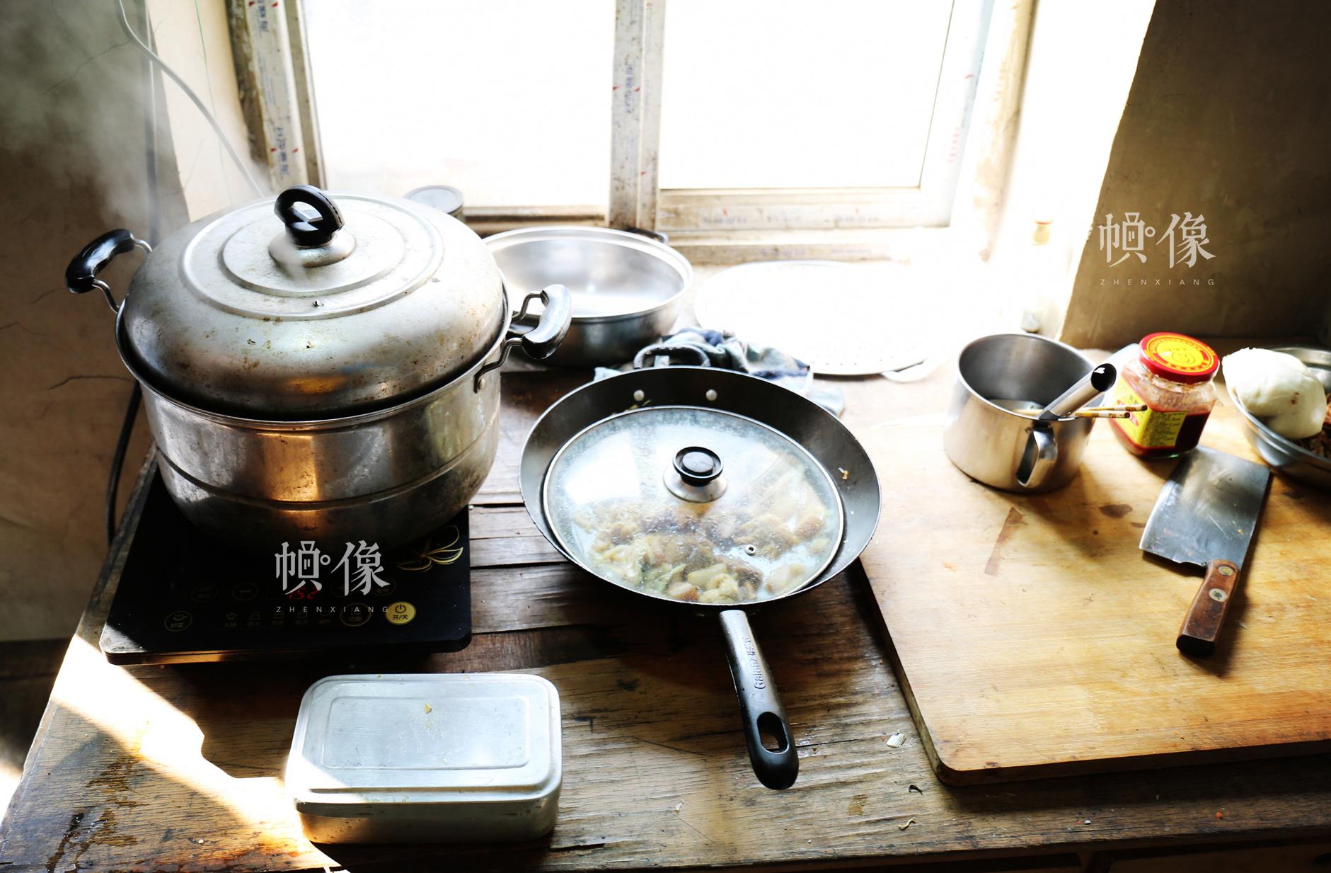 八达岭隧道打冰人休息室里简单的厨具。中国网王梦泽 摄