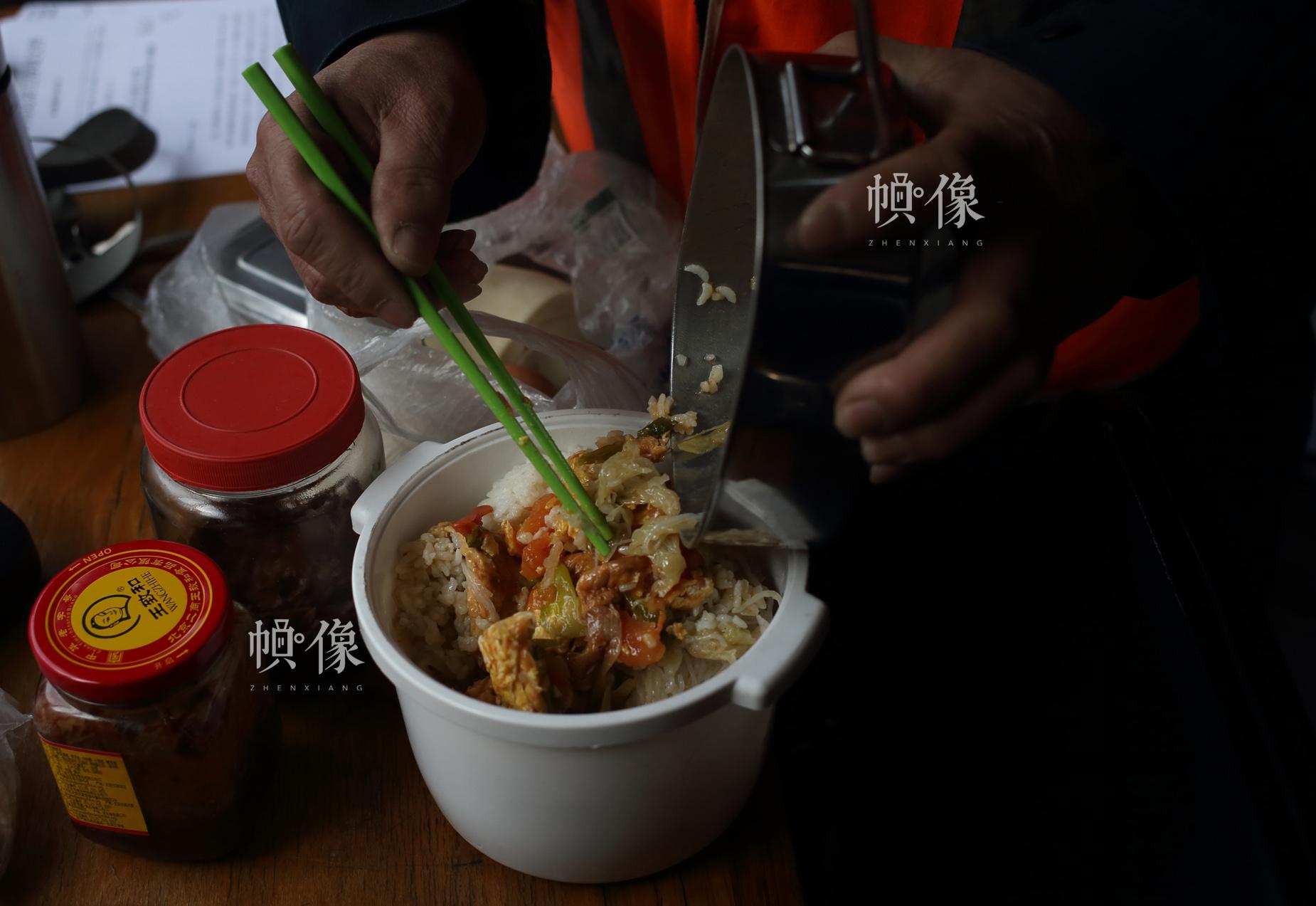 打冰人陆辉他们的午餐和晚餐都得从家里带来。中国网陈维松 摄