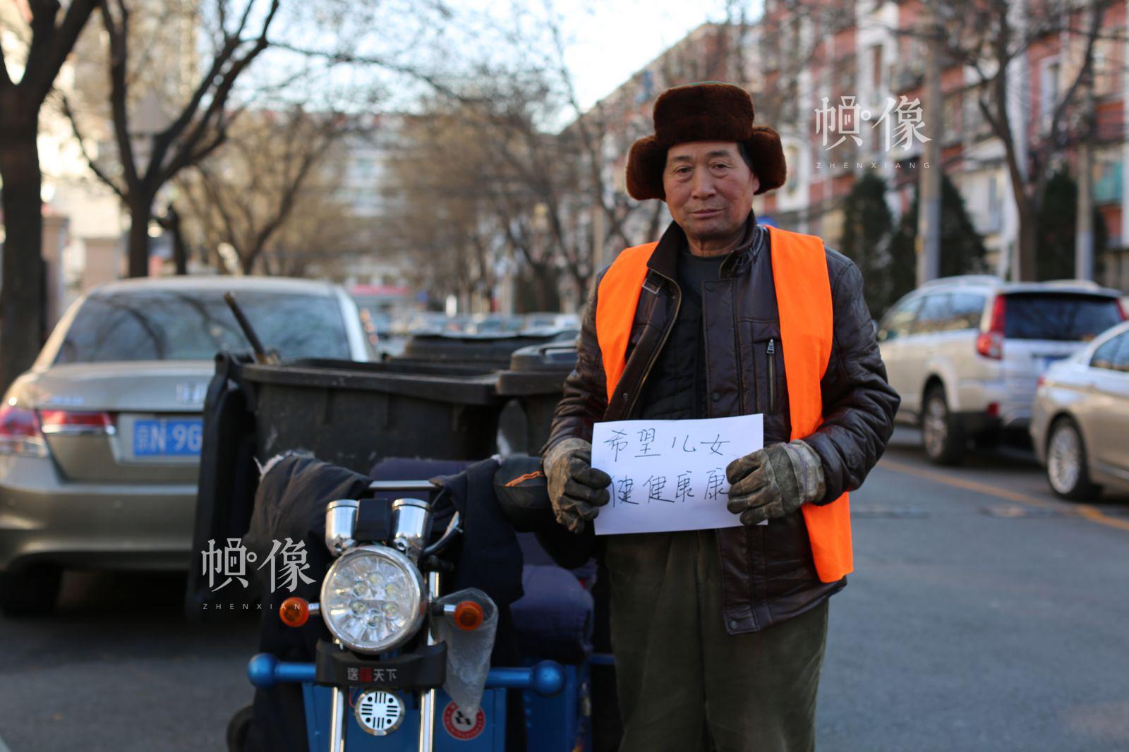 图为社区保洁祝国新。中国网记者 王名扬摄