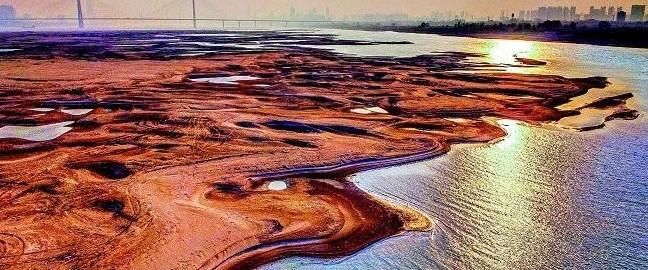 在天兴洲裸露的滩涂上,多艘小船搁浅。武汉海事局通航处负责人表示,当下武汉长江水位很低,部分航段如白沙洲水道、天兴洲水道有数条船只搁浅。海事和航道部门表示,将密切关注水情,一旦枯水期水位继续下降,航宽持续变窄,将采取疏浚等措施,保证天兴洲大桥和船只的安全。