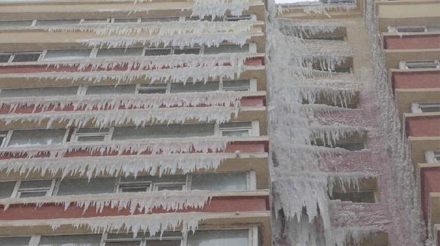 """长春高楼冰冻挂""""冰胡须"""" 市民戏称""""爷爷楼"""""""