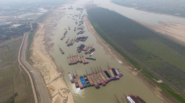 湘江水枯 船只排起长龙