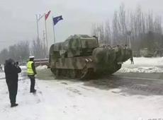包头出动坦克扫雪