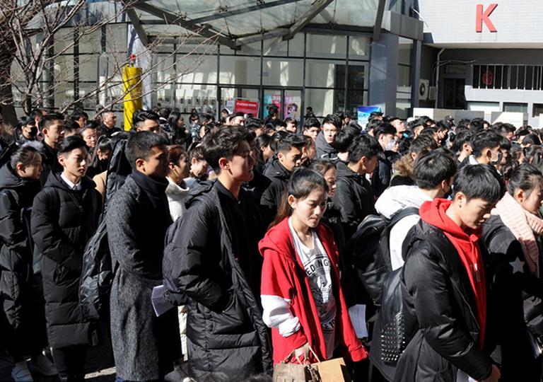 """每年春天,是中国的""""艺考季""""。成千上万的艺考生和他们的父母奔忙在各大艺术院校的考场。"""