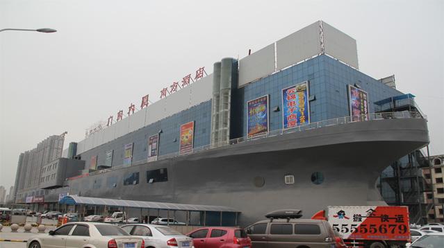 济南一大楼似巨型'轮船'开上大街 吸引路人眼球