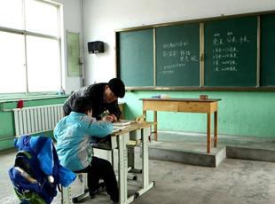 2名老师7个娃 既当校长又当老师的他坚守32年