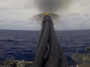 """美军驱逐舰""""密集阵""""打到炮管都变弯了?"""