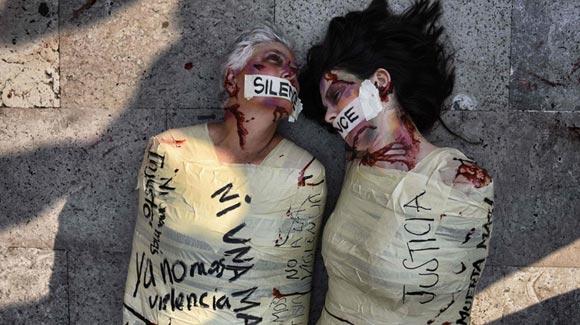 墨西哥艺术家全身裹胶带扮'尸体' 抗议杀害女性