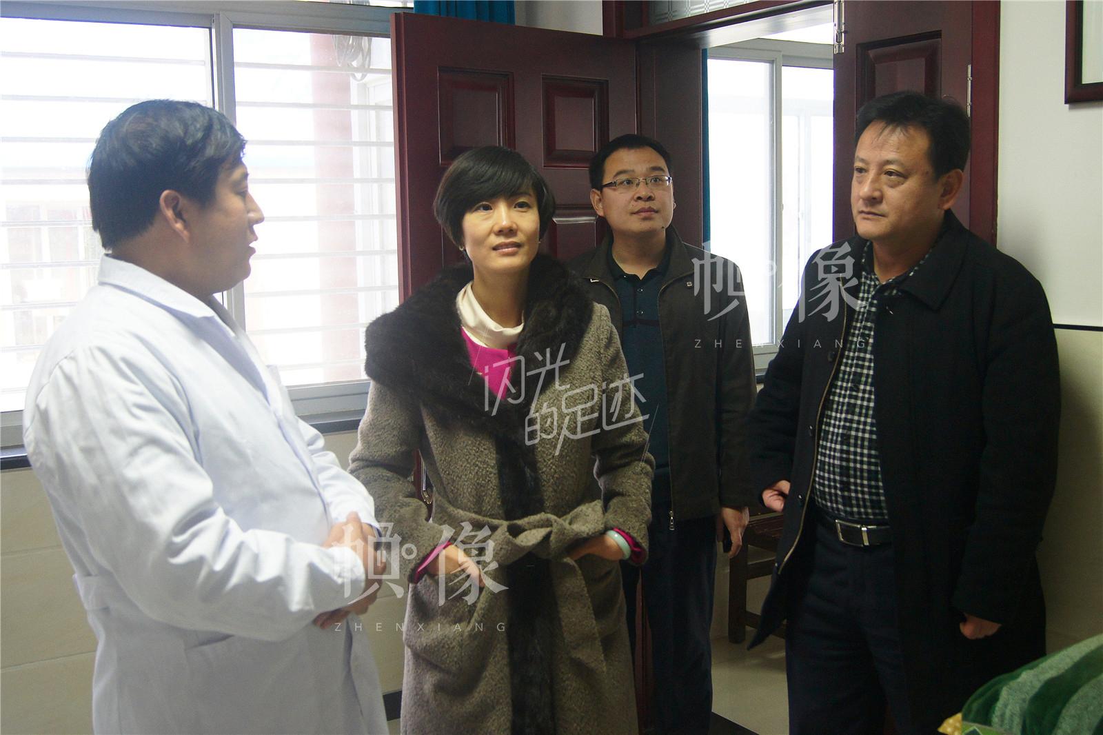2013年12月,副区长曹蕾、卫生局局长杨冬立指导卫生室工作。(北京金海老年服务中心供图)