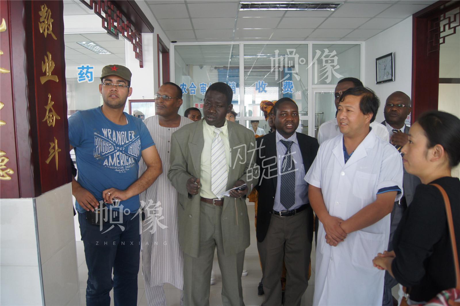 2014年9月,南非卫生专家组参观农村卫生中医工作。(北京金海老年服务中心供图)