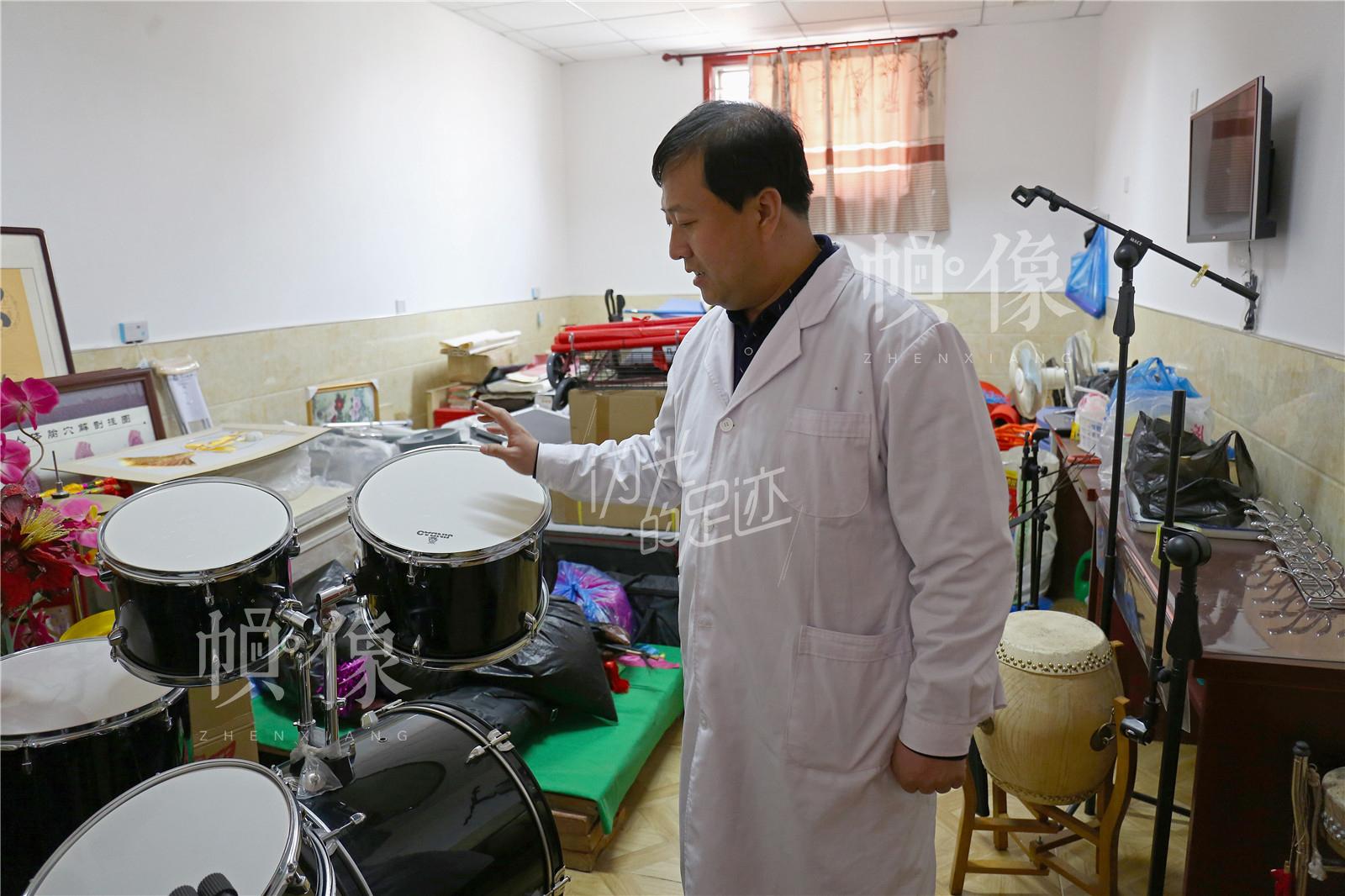 王金海在丰富老人的生活娱乐内容方面下了很多心思,购买的器材设施装满了整整一个房间。中国网记者 黄富友 摄