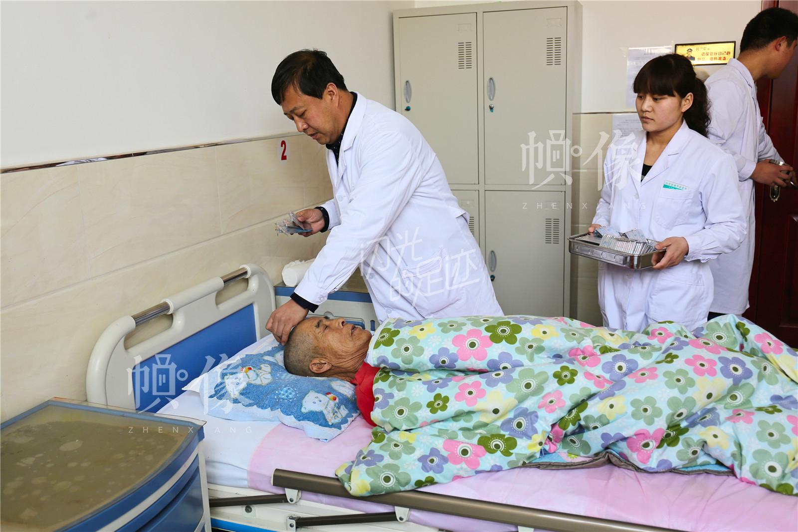 """""""医养结合""""是张坊镇金海养老中心的特色内容,王金海每天上午例行查房后都会为患者做针灸治疗。中国网记者 黄富友 摄"""