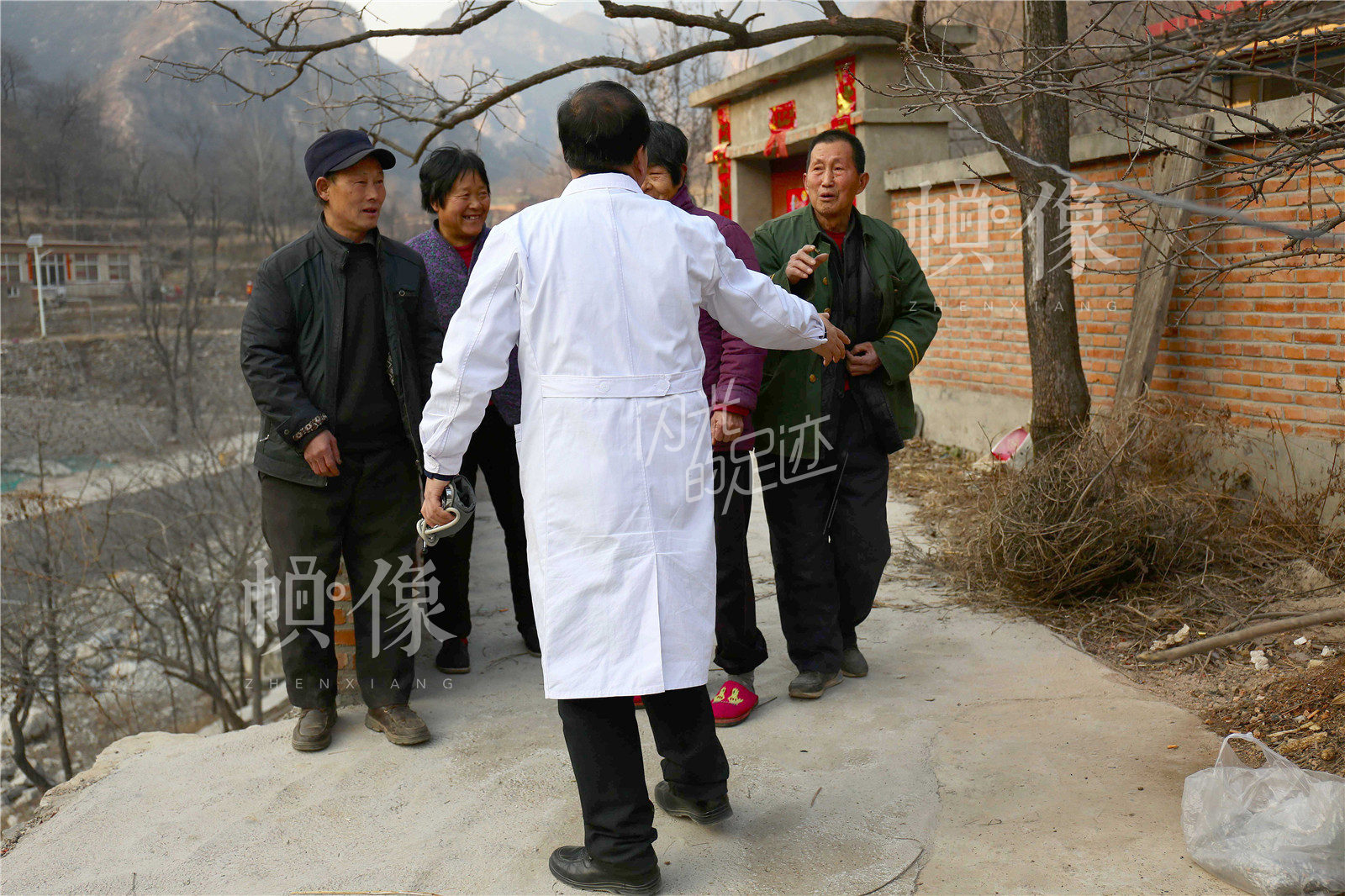 王金海为周景荣和老伴儿沙树同检查后,周景荣和邻居执意送王金海出门。中国网记者 黄富友 摄