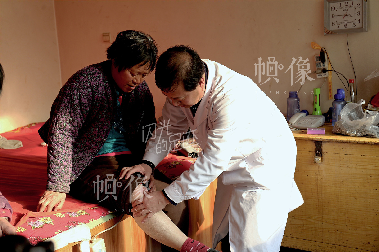 王金海为周景荣检查完身体后,也为周景荣的邻居古秀玲免费检查。中国网记者 黄富友 摄