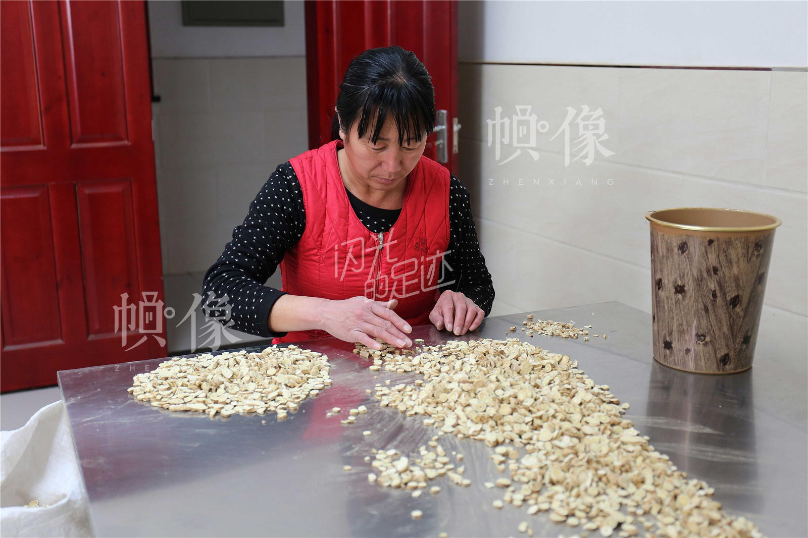 王金海对药材品质格外看重,图为员工对药材黄芪筛选,将不符合标准的挑出。中国网记者 黄富友 摄