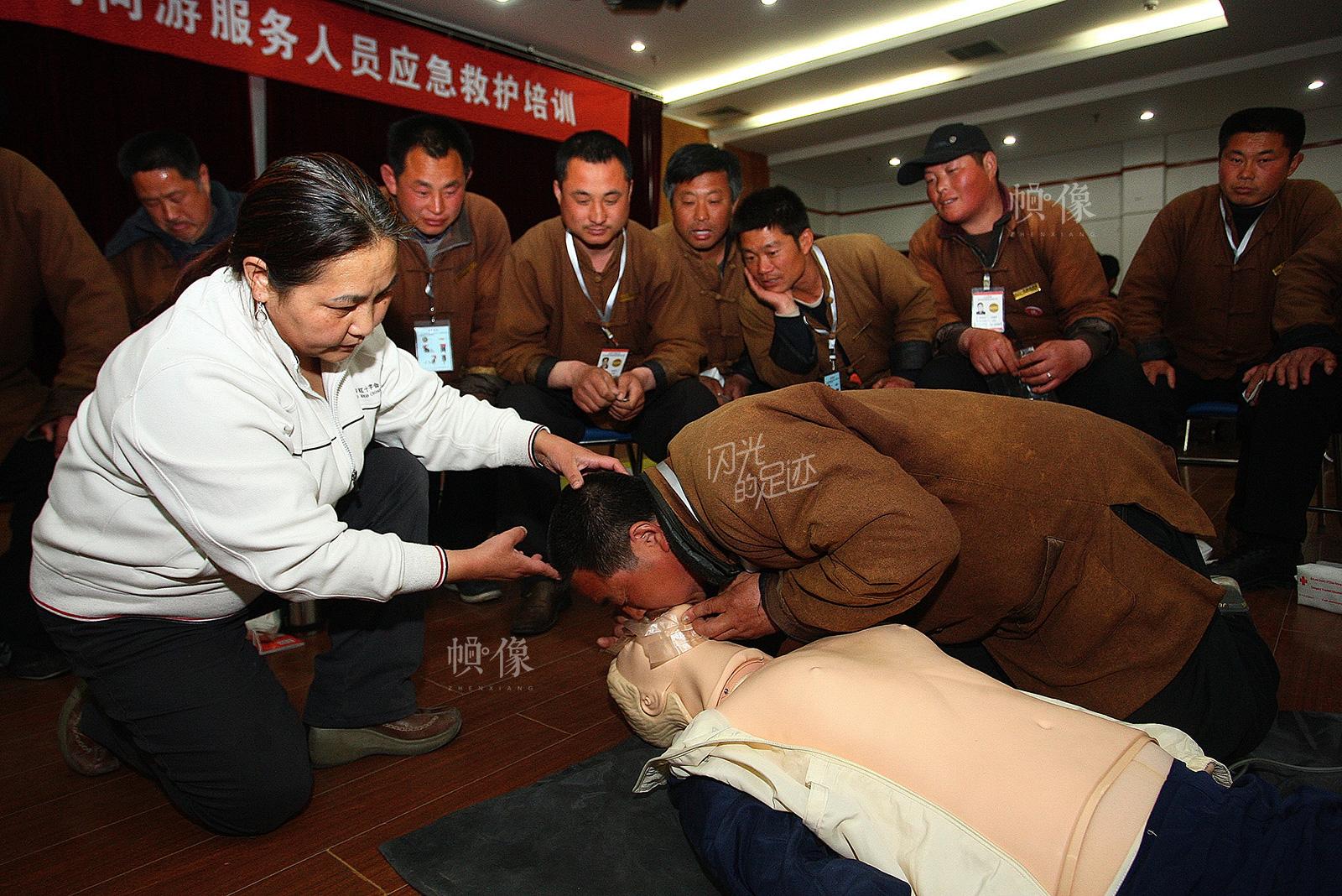 北京市西城区红十字会对旅游服务行业人员进行应急救护培训。(北京市西城区红十字会供图)