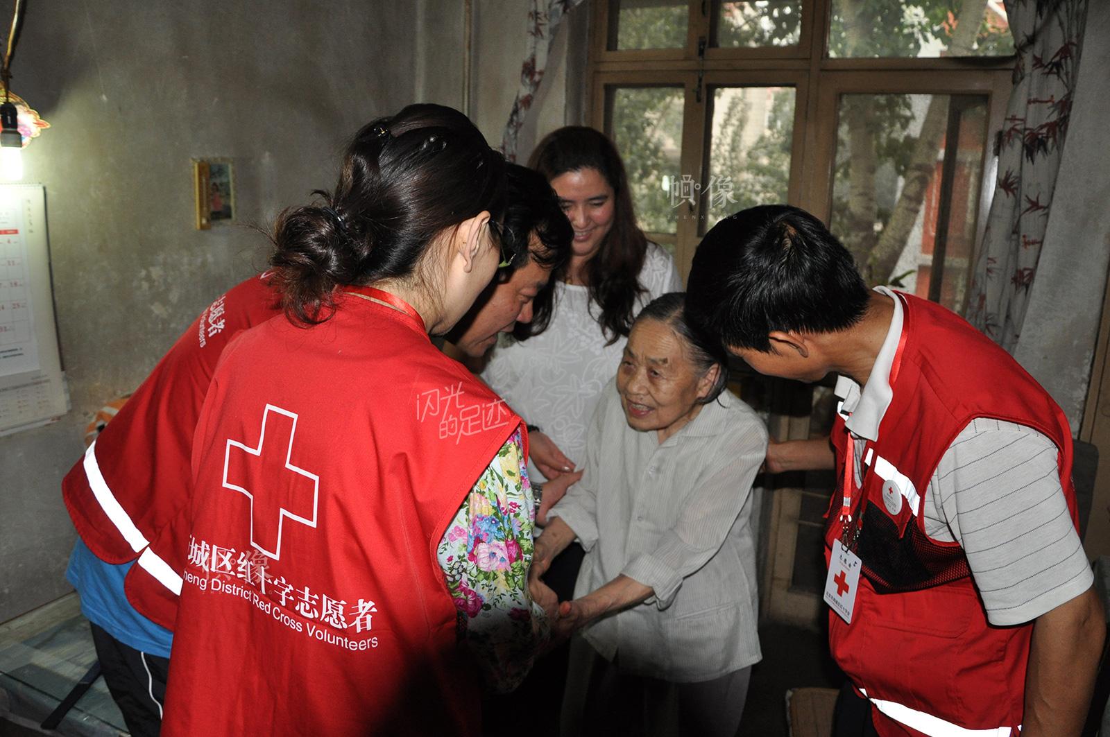 北京市西城区红十字会希望之光志愿者服务队看望爱心人士张奶奶。(北京市西城区红十字会供图)