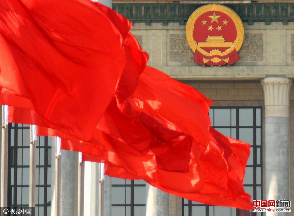 中國網3月3日訊 2017年03月02日,北京,天安門廣場及人民大會堂的樓頂懸掛了紅旗,喜迎3月3日開幕的政協第十二屆全國委員會第五次會議和3月5日開幕的第十二屆全國人民代表大會第五次會議,許多中外游人在廣場感受兩會氣氛。視覺中國