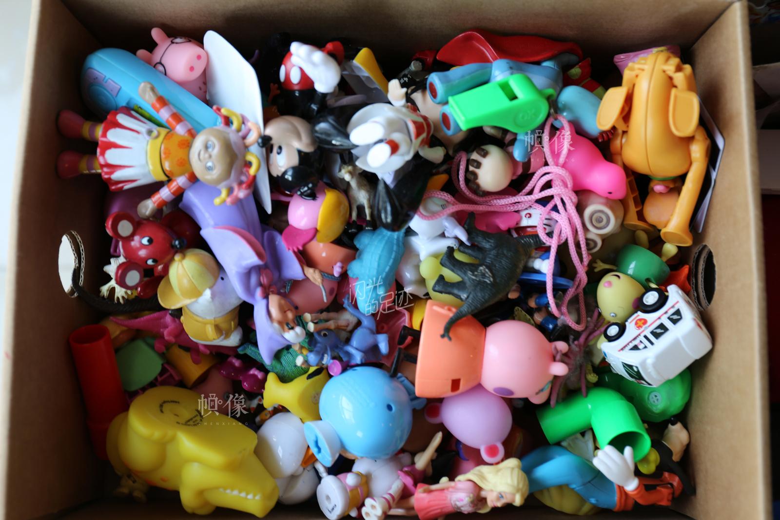 老二宋星延的卧室中有一个箱子装满了玩具,其中不少是姐姐小时候玩过的。 中国网记者 黄富友 摄