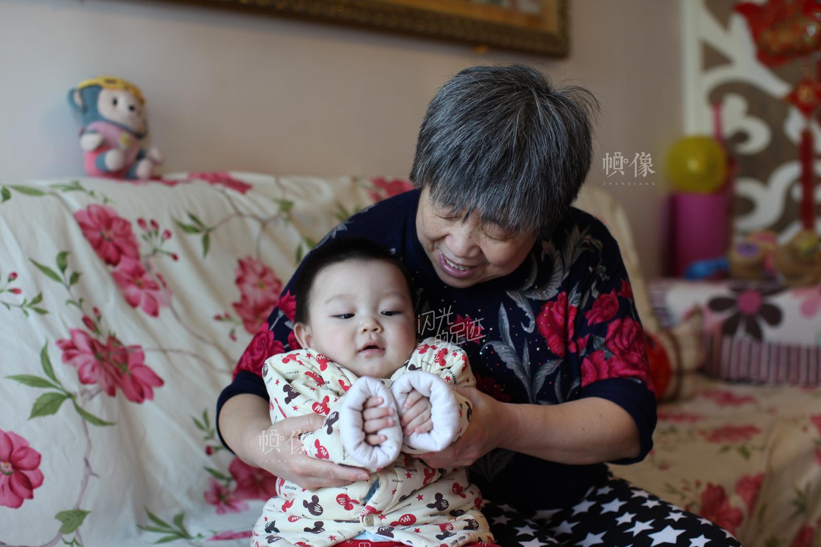 老二宋星延被姥姥抱着。中国网记者 赵超 摄