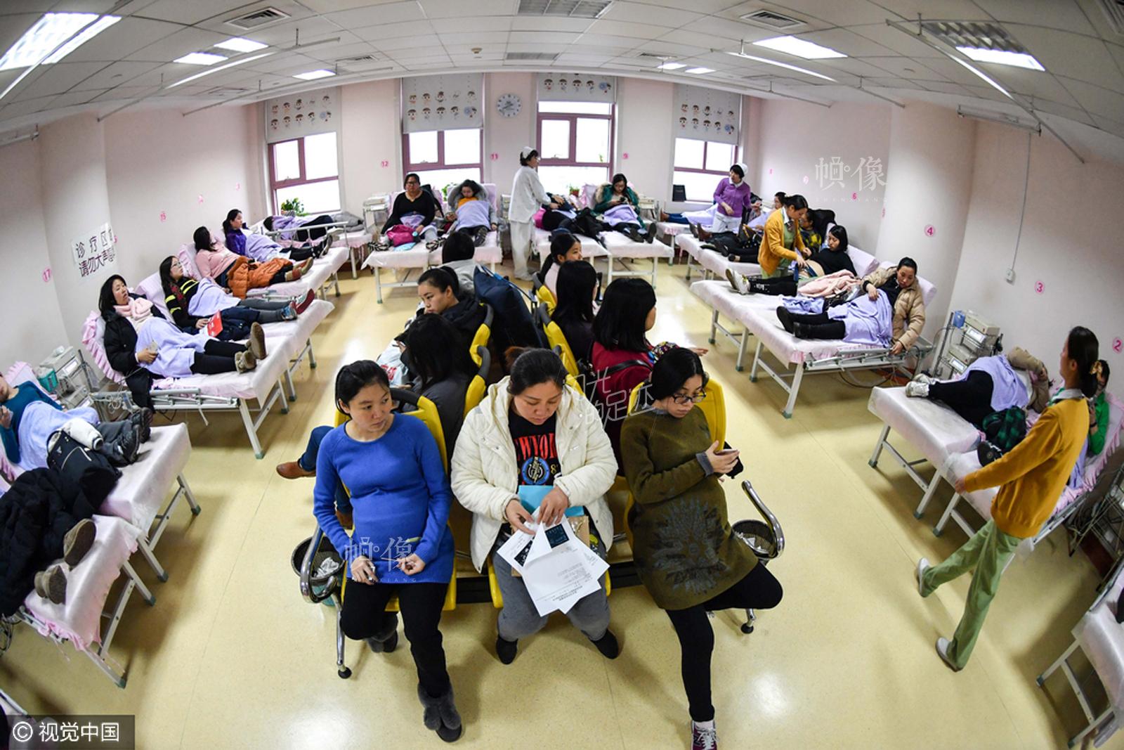 2017年2月,南京。胎心监测病房内许多孕妇正在进行胎心检查,其中近一半是二胎产妇。 视觉中国