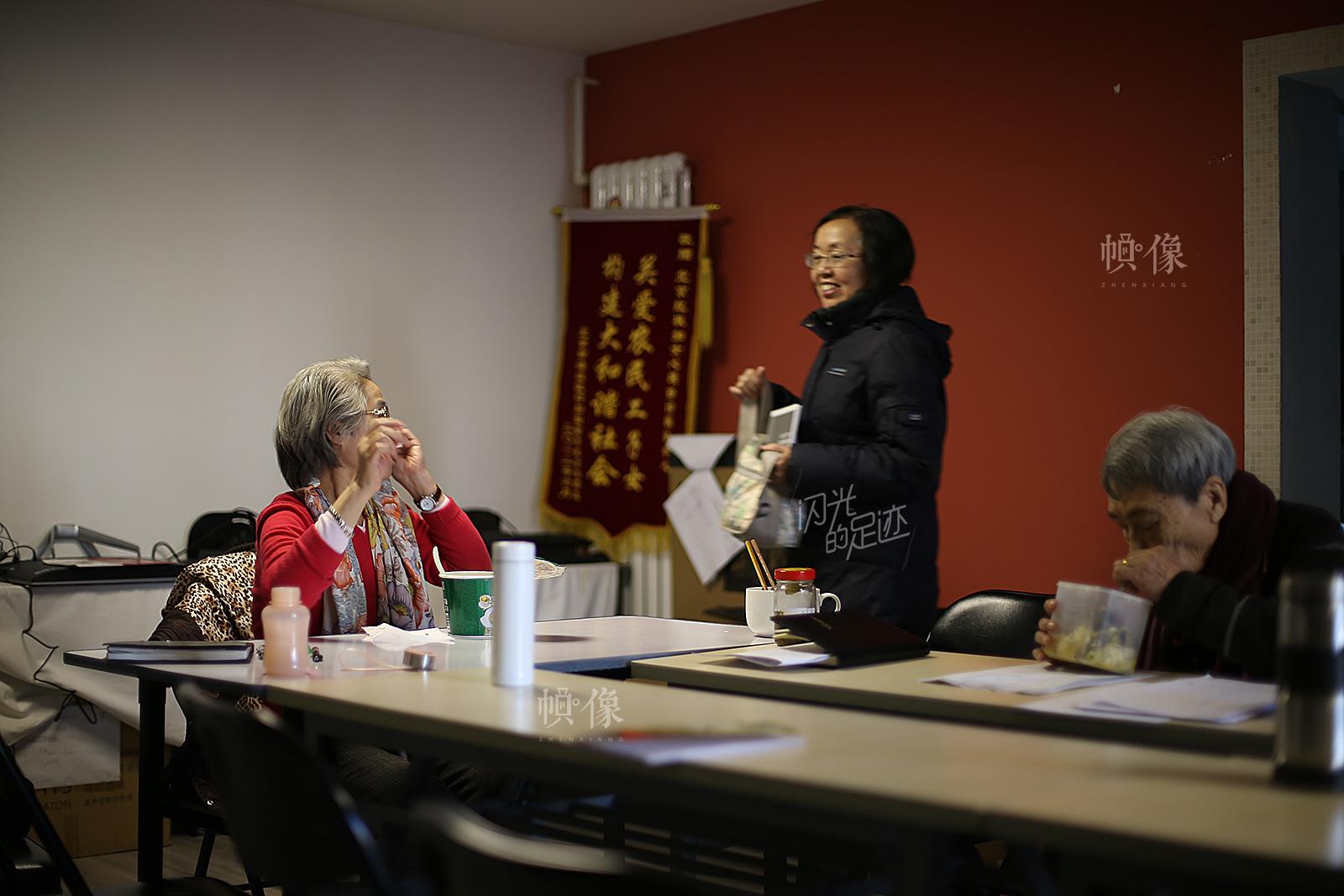 被家暴对象(左)和志愿者就课上的一些内容进行探讨。中国网记者 吴闻达 摄