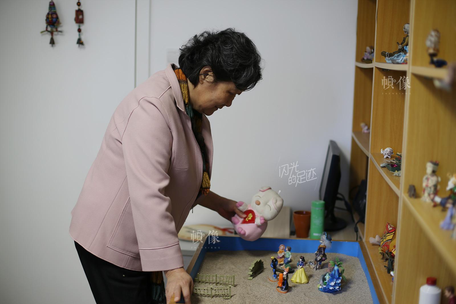 沙盘游戏疗法本身不但可以起到心理诊断与治疗的作用,同时还可以起到心理辅导与教育作用。中国网记者 吴闻达 摄
