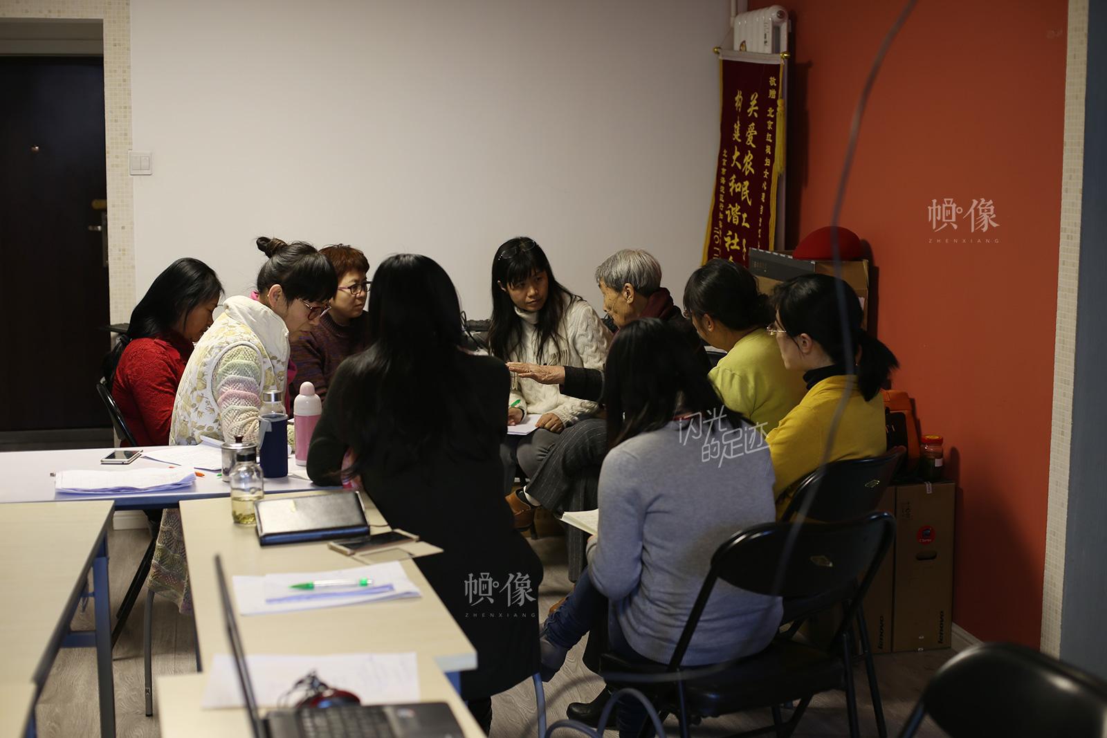 依恋关系课上,志愿者分组认真探讨,这些志愿者有记者、教师、工程师、医生等。中国网记者 吴闻达 摄