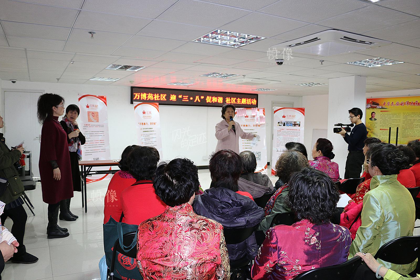 侯志明老师在讲解《反家庭暴力法》。(红枫中心供图)
