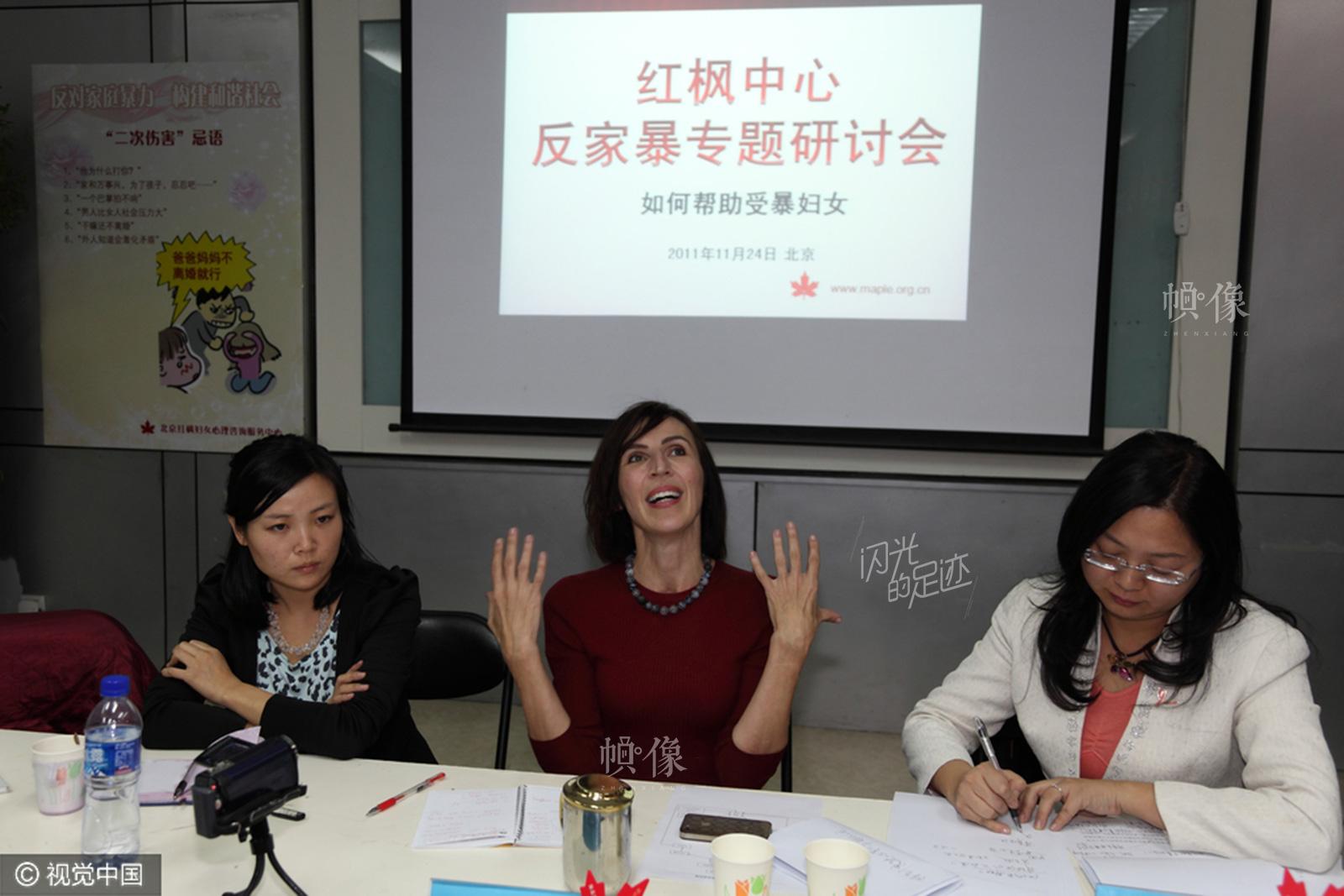"""2011年11月24日,""""疯狂英语""""创始人李阳的妻子Kim出席北京红枫中心关注妇女权利的反家暴研讨会。(视觉中国)"""